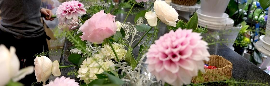 花だけでなく、季節に合わせた枝ものを。自然の美しさを感じる祭壇に。